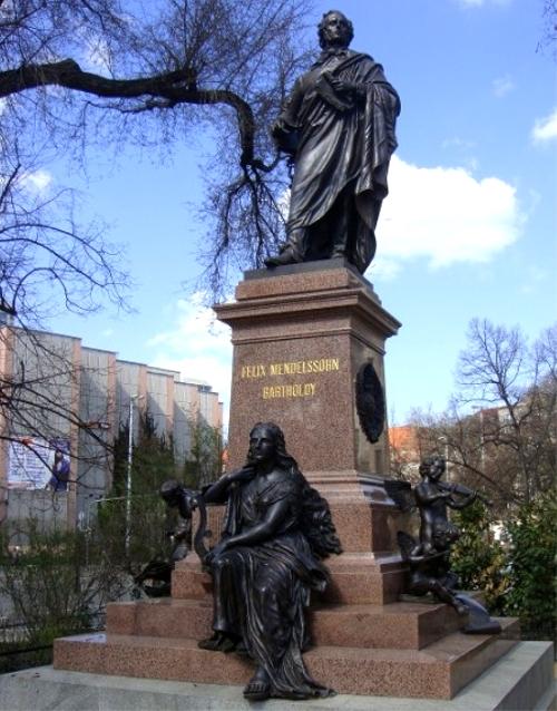 メンデルゾーン銅像・ゲヴァントハウス前
