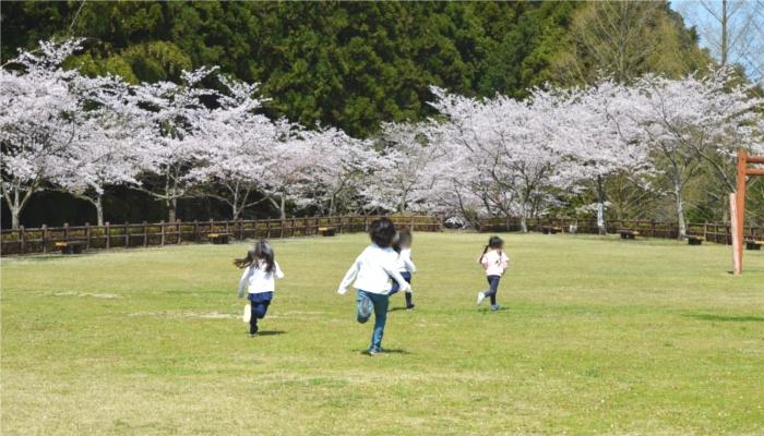 屋外で遊ぶ子供のイメージ